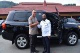 Bupati Mamberamo Tengah hibahkan mobil Land Cruiser ke Polda Papua