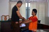Petugas memborgol tangan terdakwa, Iskandar mengenakan baju tahanan seusai mendengarkan pembacaan tuntutan oleh jaksa penuntut umum dalam kasus pembunuhan sekeluaga (suami dan istri) di Pengadilan Negeri Banda Aceh, Rabu (11/9/2019). Terdakwa dalam kasus pembunuhan suami dan istri itu dikenakan pasal 380 KUHP tentang pembunuhan berencana dengan tuntutan hukuman seumur hidup. Antara Aceh/Ampelsa.