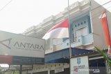 Perum LKBN Antara Biro Bangka Belitung mengibarkan bendera setengah tiang, sebagai bentuk duka cita atas meninggalnya Presiden Republik Indonesia ke-3, BJ Habibie.