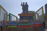 Karangan bunga  penuhi monumen Habibie-Ainun di Pare-pare