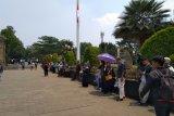 Warga antusias melihat pemakaman BJ Habibie meski panas menyengat