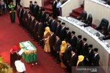 Anggota Dewan Perwakilan Rakyat Kota (DPRK) Banda Aceh mengucap sumpah dan janji jabatan pada pelantikan di ruang sidang DPRK, Banda Aceh, Aceh, Rabu (11/9/2019). Sebanyak 30 orang dilantik hasil pemilihan umum legislatif 2019 dari partai nasional (parnas) dan partai lokal (parlok) resmi di lantik menjadi anggota DPRK periode 2019-2024. Antara Aceh / Irwansyah Putra.