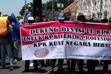 Puluhan orang menggelar aksi dukung revisi UU KPK
