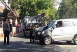 Kijang LGX angkut rombongan keluarga tabrak motor dan angkot hingga penumpangnya bergelimpangan