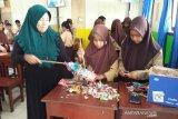 Siswa SMPN 3 Burau Luwu Timur pelatihan membuat Ecobrick