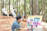 34 seniman 17 negara melukis di Hutan Pinus Mangunan Bantul (VIDEO)