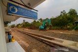 Pekerja mengoperasikan alat berat di area proyek reaktivasi jalur kereta Padalarang-Cianjur di Cipeuyeum, Kabupaten Cianjur, Jawa Barat, Jumat (13/9/2019). Kepala Balai Kereta Api Wilayah Jawa Bagian Barat Achyar Pasaribu menyatakan, kemiringan lahan di jalur eksisting Cipatat hingga Padalarang yang mencapai 42 derajat atau promil menjadi salah satu kendala lamban nya proyek reaktivasi jalur tersebut. ANTARA JABAR/Raisan Al Farisi/agr