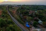 Foto udara jalur kereta api yang telah selesai dikerjakan pada proyek reaktivasi jalur kereta Padalarang-Cianjur di Ciranjang, Kabupaten Cianjur, Jawa Barat, Jumat (13/9/2019). Kepala Balai Kereta Api Wilayah Jawa Bagian Barat Achyar Pasaribu menyatakan, kemiringan lahan di jalur eksisting Cipatat hingga Padalarang yang mencapai 42 derajat atau promil menjadi salah satu kendala lamban nya proyek reaktivasi jalur tersebut. ANTARA JABAR/Raisan Al Farisi/agr