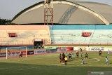Persipura sementara unggul 1-0 atas Persela di babak pertama