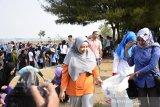 Hari Maritim Nasional ke-56 di NTB diisi aksi bersih pantai di Loang Baloq