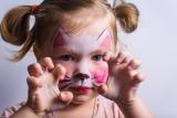 Membiarkan anak pakai make up terlalu dini sangat berbahaya