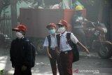 Asap tebal akibat kebakaran TPA Antang