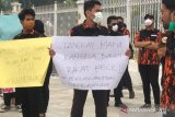 VIDEO - Gerah asap, Sapma PP Riau segel Kantor Gubernur