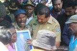 Bupati Jayawijaya serahkan jenazah staf khusus kepada sanak keluarga