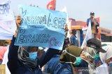 Sejumlah mahasiswa Universitas Bengkulu berunjukrasa di Simpang Lima Kota Bengkulu, mendesak pemerintah lebih serius mengatasi kebakaran hutan dan lahan yang melanda Pulau Sumatera dan Kalimantan, Senin (17/9).