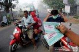Bagi-bagi masker akibat asap