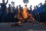 Mahasiswa bakar ban tuntut Gubernur selesaikan Karhutla