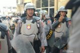 Aksi ribuan massa Nahdlatul Wathan di kantor Kemenkumham NTB dijaga ketat polisi