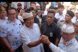 Mantan Wakil Gubernur Bali I Ketut Sudikerta (ketiga kiri) yang menjadi terdakwa kasus dugaan penipuan, penggelapan dan pemalsuan dokumen jual beli tanah senilai Rp149 miliar, menyapa para pendukungnya seusai menjalani sidang di Pengadilan Negeri Denpasar, Bali, Kamis (19/9/2019). Jaksa penuntut umum menolak ekspesi terdakwa dan memohon kepada hakim tetap melanjutkan persidangan. ANTARA FOTO/Nyoman Hendra Wibowo/nym