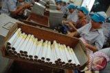 Cukai melonjak, harga saham perusahaan rokok diwarnai ketidakpastian