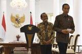 Presiden Joko Widodo (kanan) didampingi Mensesneg Pratikno, meninggalkan ruangan usai menyampaikan sikap tentang rencana pengesahan Rancangan Kitab Undang-Undang Hukum Pidana (RKUHP) di Istana Bogor, Jawa Barat, Jumat (20/9/2019). Presiden meminta Dewan Perwakilan Rakyat (DPR) menunda pengesahan RKUHP dan mengkaji ulang sejumlah 14 pasal dalam RKUHP yang rencananya akan disahkan pada 24 September 2019. ANTARA FOTO/Puspa Perwitasari/nym.