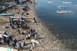 Peringati WCA penggiat lingkungan bersihkan pantai di Kota Parepare