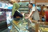 Dipengaruhi pasar global, harga emas naik di pasar Raya Padang