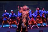 Pemeran tokoh Rahwana (tengah) bersama sejumlah penari memainkan salah satu babak dalam sendratari musikal 'The Great Rahwana' di Ciputra Artpreneur, Jakarta, Sabtu (21/9/2019). Sendratari tersebut menceritakan sisi kebesaran Raja Rahwana dari Alengka yang penuh cinta dan teguh berusaha meraih hati Dewi Sinta. 'The Great Rahwana' sendiri rencananya akan dicatatkan ke dalam rekor dunia Guinness sebagai pagelaran Sendratari Ramayana dengan penari terbanyak pada Desember 2019. ANTARA FOTO/Aditya Pradana Putra/nym.
