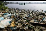 Nelayan jala tradisional menangkap ikan di waduk yang tercemar limbah sampah plastik di Lhokseumawe, Aceh, Sabtu (21/9/2019). Menurut berbagai studi dan hasil penelitian, mengonsumsi ikan yang tercemar limbah makroplastik dan mikroplastik buangan aktivitas manusia akan berdampak buruk bagi Kesehatan mulai dari peradangan, kematian sel, kerusakan saluran pencernaan, hingga menyebabkan kanker. ANTARA FOTO/Rahmad/nym