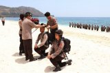 Kapolda Sulut memimpin pembaretan personel Ditsamapta di Pantai Pall