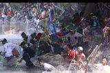 Warga beramai-ramai menangkap ikan saat tradisi Grobyak di Sumber Gundi, Desa Tanjung, Kediri, Jawa Timur, Minggu (22/9/2019). Tradisi turun temurun memanen ikan hanya pada bulan Suro dalam penanggalan Jawa di mata air tersebut merupakan cara warga sekitar menjaga ekosistem agar tetap lestari. ANTARA FOTO/Prasetia Fauzani/nym.
