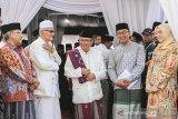 Gubernur Jawa Barat Ridwan Kamil (kedua kanan) didampingi Bupati Purwakarta Anne Ratna Mustika (kanan) berbincang bersama Rais Aam Pengurus Besar Nahdlatul Ulama (PBNU) KH. Miftachul Akhyar (kedua kiri), Ketua Umum PBNU Said Aqil Siradj (kiri), saat menghadiri acara pembukaan rapat pleno PBNU di Pondok Pesantren Al-Muhajirin II, Purwakarta, Jawa Barat, Jumat (20/9/2019). Dengan dibukanya rapat pleno PBNU tersebut yang akan dilaksanakan selama tiga hari untuk membahas tentang kinerja badan otonom, lembaga dan evaluasi program PBNU sekaligus mengumumkan tempat diselenggarakannya Muktamar ke-34 tahun 2020. ANTARA FOTO/M Ibnu Chazar/agr