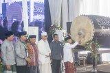 Wakil Presiden terpilih KH. Ma'ruf Amin (kanan) didampingi Gubernur Jawa Barat Ridwan Kamil (kiri) Rais Aam Pengurus Besar Nahdlatul Ulama (PBNU) KH. Miftachul Akhyar (ketiga kiri), Ketua Umum PBNU Said Aqil Siradj (ketiga kanan) memukul beduk saat membukaan rapat pleno PBNU secara simbolis di Pondok Pesantren Al-Muhajirin II, Purwakarta, Jawa Barat, Jumat (20/9/2019). Dengan dibukanya rapat pleno PBNU tersebut yang akan dilaksanakan selama tiga hari untuk membahas tentang kinerja badan otonom, lembaga dan evaluasi program PBNU sekaligus mengumumkan tempat diselenggarakannya Muktamar ke-34 tahun 2020. ANTARA FOTO/M Ibnu Chazar/agr