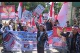 Pengunjuk rasa dari Aliansi Bhinneka Sakti meneriakkan yel-yel dalam unjuk rasa mendukung revisi Undang-Undang Komisi Pemberantasan Korupsi (KPK) di Denpasar, Bali, Senin (23/9/2019). Aksi tersebut untuk memberi dukungan kepada pemerintah dan DPR dalam merevisi Undang-Undang KPK serta mendukung pimpinan baru KPK periode 2019/2023. ANTARA FOTO/Nyoman Hendra Wibowo/nym
