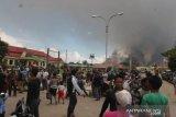 200-an warga Yalimo mengungsi ke Wamena Jayawijaya setelah eks kantor bupati terbakar