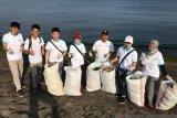 PLN Sulutenggo peduli sampah plastik di Pantai Manado
