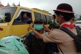 Anggota Pramuka SMAN2 Gunung Talang bagikan masker ke pengendara