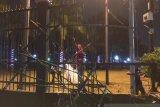 Usai demo mahasiswa, sekitar gerbang utama gedung DPR RI rusak parah