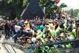 Gerbang Kantor DPRD dijebol ribuan mahasiswa