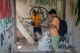Musisi indie Bottlesmoker mengambil sampel suara dari reruntuhan bangunan korban dari penggusuran Tamansari, Bandung, Jawa Barat, Senin (23/9/2019). Pengambilan sampel itu nantinya akan dijadikan karya musik dengan tujuan untuk mengingat kejadian penggusuran warga Tamansari serta bentuk kepedulian terhadap warga korban penggusuran. ANTARA JABAR/Raisan Al Farisi/agr