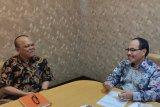 Kepala Perum LKBN ANTARA Sumatera Utara Riza Mulyadi (kiri) berkunjung ke Stasiun TVRI Sumatera Utara yang diterima langsung Kepala Stasiun TVRI Sumatera Utara Rajab Siregar (kanan), Selasa (24/9). Kunjungan itu membicarakan rencana kerja sama pemberitaan dan komersial khususnya di wilayah Sumatera Utara. (ANTARA/Akung)