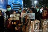 Bentuk simpati, Brimob bagikan makanan ke warga yang terjebak di tol depan DPR