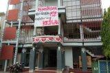 Mahasiswa AKMI Baturaja  pasang spanduk di kampus izin kuliah di jalan