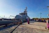 Bertahun-tahun lamanya, akhirnya ada kapal yang bersandar di Pelabuhan Wulandoni