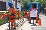 Petugas PLN Makassar bekerja sambil promosi produk