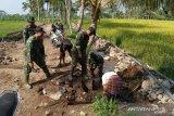 Personel Kodim Lombok Tengah membangun gorong-gorong pra-TMMD