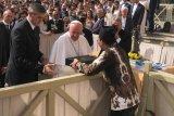 Ketua Ansor Jateng hadiahi Paus Fransiskus batik bermotif truntum