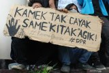 Dua mahasiswa berunjukrasa di DPRD Provinsi Kalimantan Barat di Pontianak, Rabu (25/9/2019). Dalam aksi damai yang diikuti mahasiswa dari berbagai kampus se-Pontianak tersebut mereka menolak UU KPK hasil revisi, pengesahan Rancangan KUHP serta RUU Pertanahan. ANTARA FOTO/Jessica Helena WuysangANTARA FOTO/JESSICA HELENA WUYSANG (ANTARA FOTO/JESSICA HELENA WUYSANG)