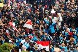 Ratusan mahasiswa berunjukrasa di DPRD Provinsi Kalimantan Barat di Pontianak, Rabu (25/9/2019). Dalam aksi damai tersebut mereka mereka menuntut DPR untuk membatalkan UU KPK dan Rancangan Undang Undang KUHP karena dinilai melemahkan fungsi KPK. ANTARA FOTO/Jessica Helena WuysangANTARA FOTO/JESSICA HELENA WUYSANG (ANTARA FOTO/JESSICA HELENA WUYSANG)