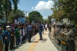 Mahasiswa melayangkan mosi tidak percaya terhadap DPRD NTB